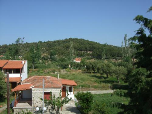 Blick von einem Balkon nach hinten in Richtung Berge.