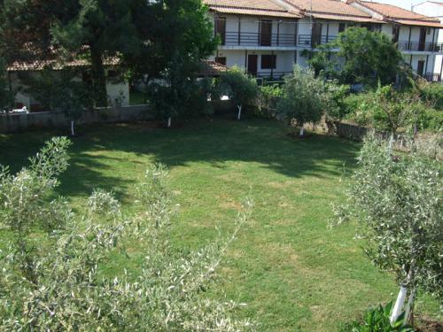 ... einem eigenen Balkon. DIeser hier mit Blick auf den großen Garten neben dem Hinterhaus.