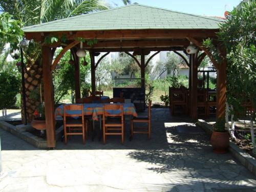 Ein Pavillon im vorderen Bereich der Terasse.