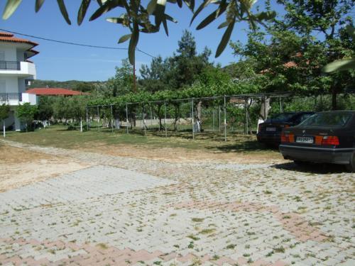 Der Parkplatz des Hauses mit ausreichend, zumeist sogar schattigen, Parkplätzen.