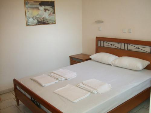 Das Doppelbett in dem separaten Schlafzimmer eines Apartments.
