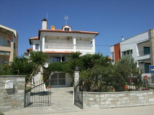 Vorderansicht der Villa Christina in Torini.