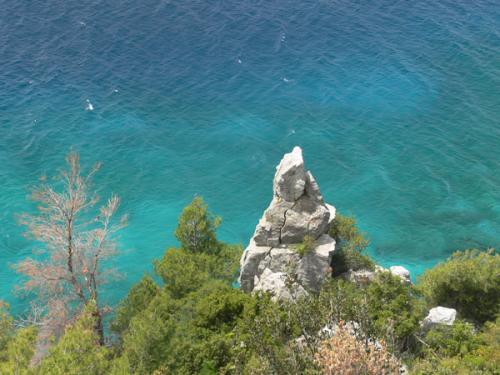 Azurblaues Wasser an der Küste vor Agios Nikolaos auf Sithonia.