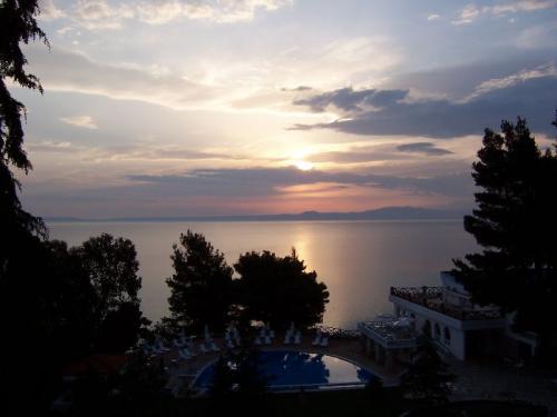 Sonnenuntergang an der Nordküste von Kassandra, dem mittleren Finger von Chalkidiki in Griechenland.
