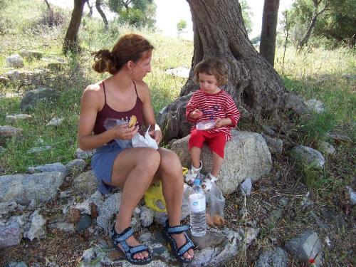 Picknick unter einem Olivenbaum, auf den Ruinen einer venezianischen Festung am Rand von Toroni auf Sithonia.