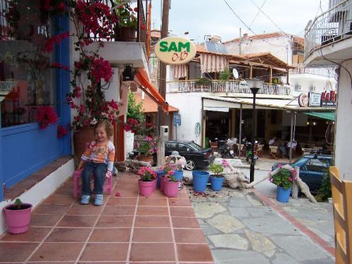 Ladengasse im Zentrum von Neos Marmaras, der zweitgrößten Stadt von Sithonia.
