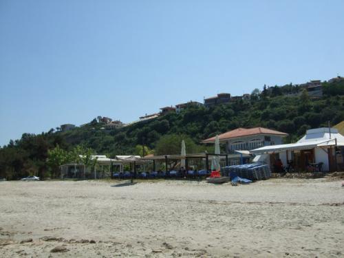 An einem kleinen Teil des ansonsten unbewirtschafteten Strandes gibt es so etwas wie ein Zentrum.