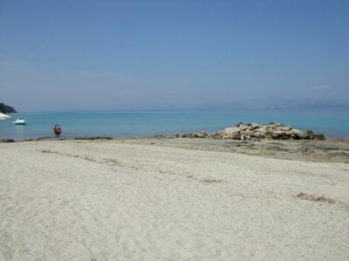 Der Strand von Afitos ist ein Sandstrand. Im flachen Wasser säumen oft Steinplatten die Uferkante.