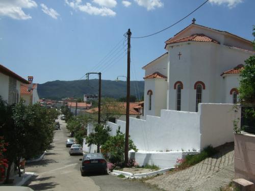 Rückseite der Kirche von Sarti.
