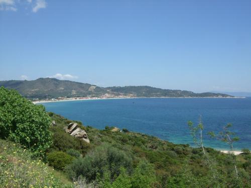 Blick auf Sarti bei der Anfahrt aus südlicher Richtung (Kalamitsi).