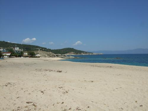 Blick auf einen Teil des langen Strandes von Sarti.