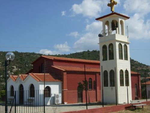 Die Kirche von Toroni liegt zurückgesetzt vom Meer, mittig im Ort auf einem kleinen Hügel.