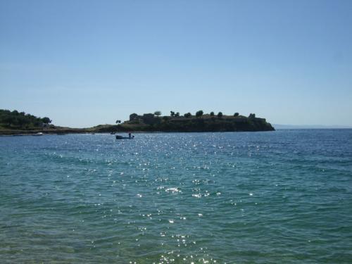 Die Ruinen des venezianischen Kastells (an der südlichen Spitze der Toroneos-Bucht).
