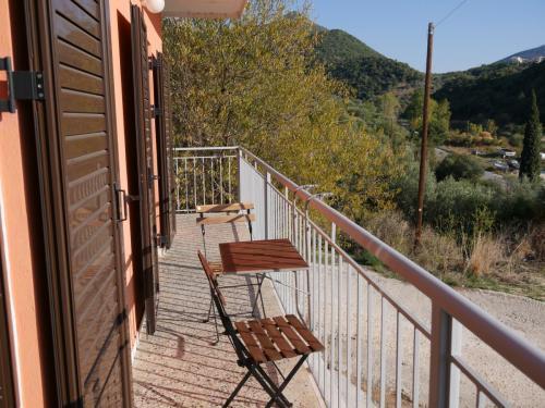 Der Balkon an der Frontseite des Ferienhauses