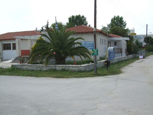 Das Gemeindeamt an der Einfahrt von Ammoudia