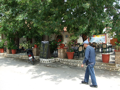 Eines der Cafes dieses Dorfes des Epirus