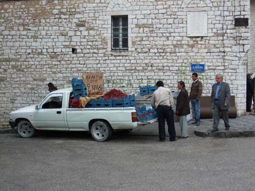 Ein für Griechenland typisches Bild: Direktverkauf vom Pickup-Truck