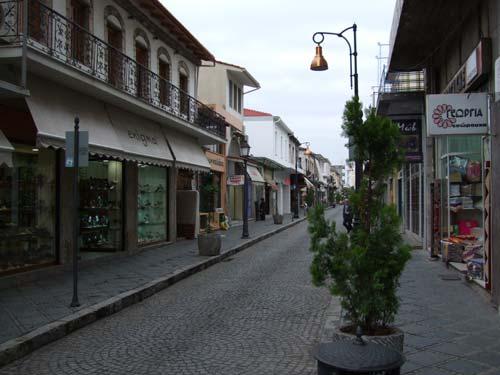 Eine der Einkaufsmeilen in Ioannina