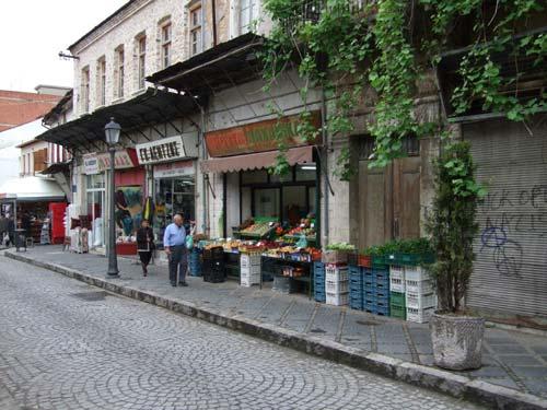 Obst & Gemüse direkt neben einer noblen Modeboutique