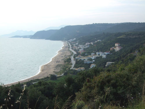 Die Bucht von Loutsa und Vrachos von den Bergen aus fotografiert