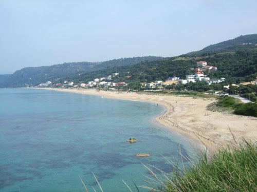 Der Strand von Loutsa und Vrachos von der kleinen Straße nach Riza aus aufgenommen