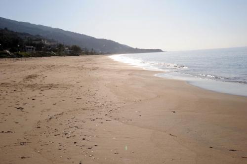 Der Sandstrand: Blick nach links in Richtung Vrachos (aufgenommen im November)