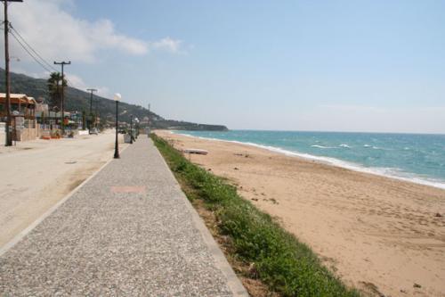 Die Strandpromenade von Loutsa (Richtung Vrachos, aufgenommen im November)