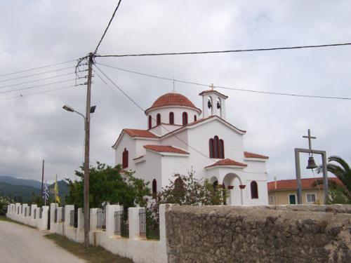 Die Kirche markiert natürlich auch hier den Mittelpunkt der Ortschaft