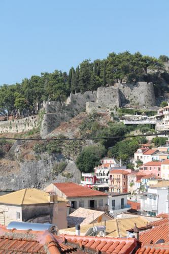 Hoch über der Stadt thront die Burg von Ali Pascha