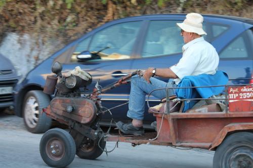 Mit ein wenig Glück sieht man diese Agrotiko auch noch im regulären Straßenverkehr mittuckern - Hier aufgenommen in Parga
