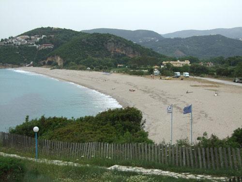 Der Strand von Karavostasi von oben betrachtet