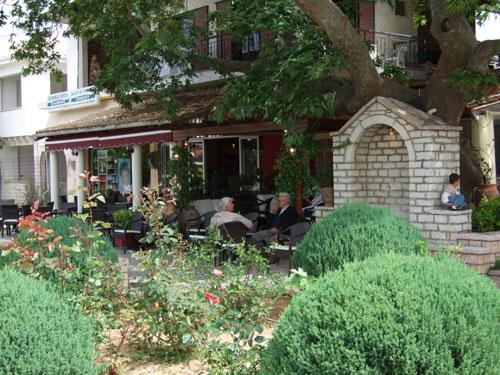 Eines der vielen Cafes auf der Platia von Perdika