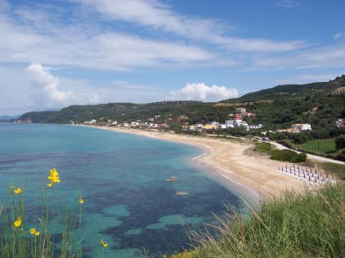 Die Bucht von Vrachos, Loutsa ist dahinter zu sehen