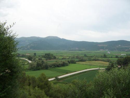 Aussicht auf die grüne Landschaft des Epirus vom Nekromantion aus