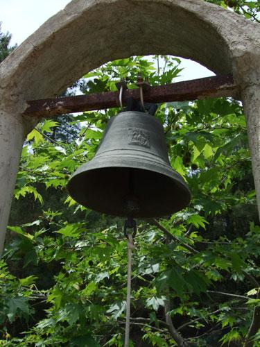 Die Glocke eines verlassenen Klosters irgendwo auf dem Festland von Griechenland