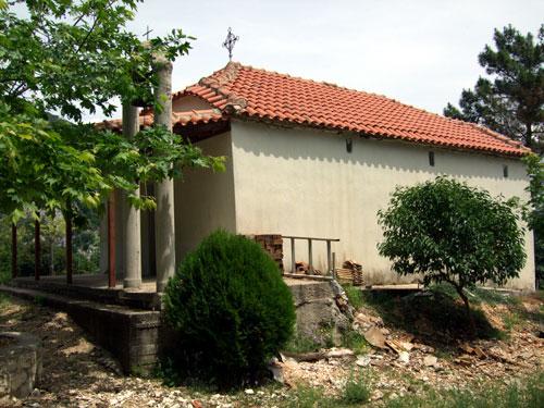 Nur wenige Minuten nach passieren der Schilder Lekatsa Forest sieht man rechts der Straße die kleine Kirche Agiou Nikolao liegen