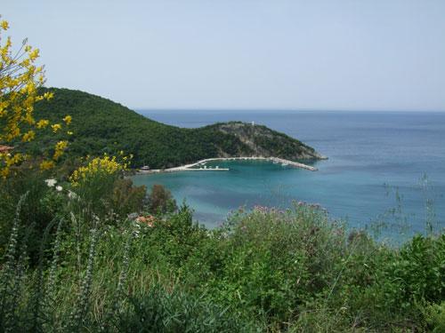 Blick auf den kleinen Hafen unterhalb von Perdika