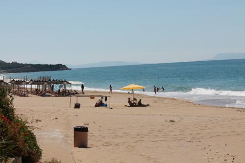 Am Strand direkt beim Akrogialia - Blick nach links