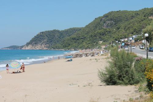 Am Strand direkt beim Akrogialia - Blick nach rechts