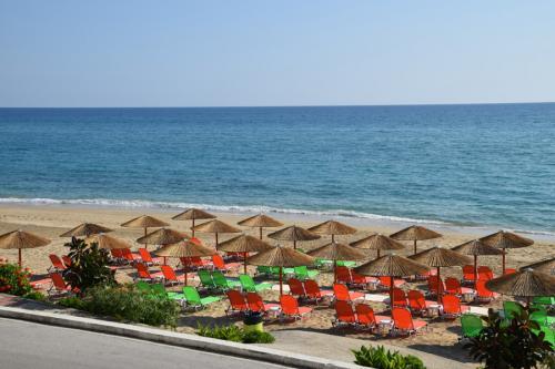 Der Strand vor den Akrogialia Apartments in Loutsa