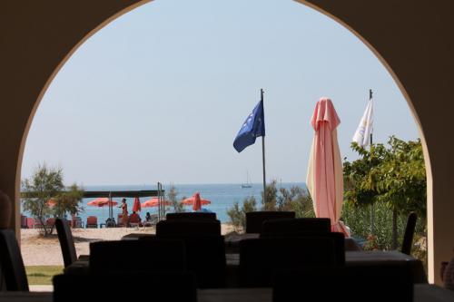 Blick von der überdachten Frühstücksterrasse in Richtung Strand