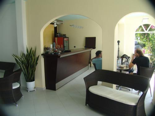 Die Bar im Erdgeschoss des Haris Aparthotel
