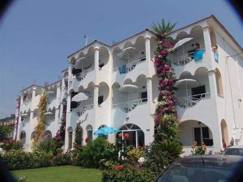 Draufsicht auf das Haris Aparthotel in Vrachos