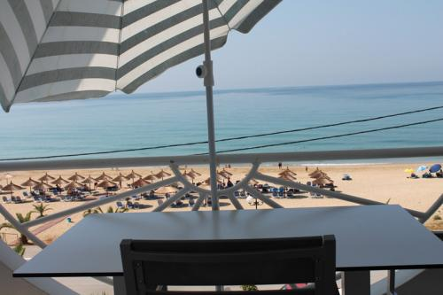 Blick auf den Strand von Loutsa und Vrachos
