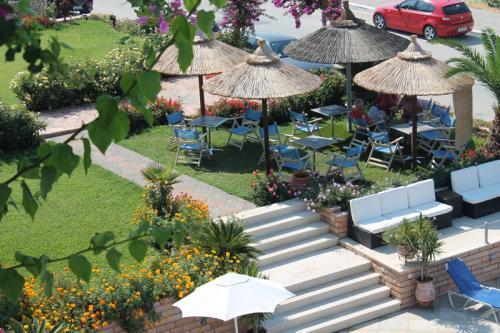 Blick von einem oberen Balkon in den Garten (rechts davon ist der Pool)
