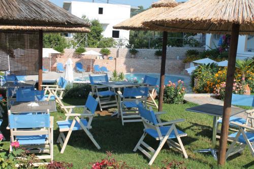 Die Sitzgruppen im Vorgarten des Haris