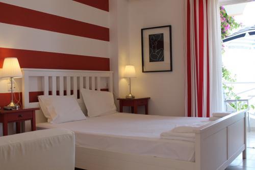 Das Doppelbett eines der Doppelzimmer