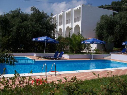 Der Pool der Irini Studios, im Hintergrund sind die Studios Velissarios zu sehen