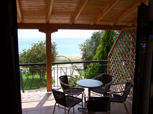 Blick von einem Zimmer auf den Balkon