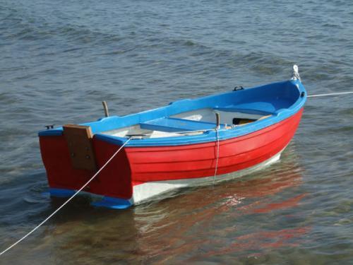 Ein kleines Fischerböötchen am Strand von Acharavi